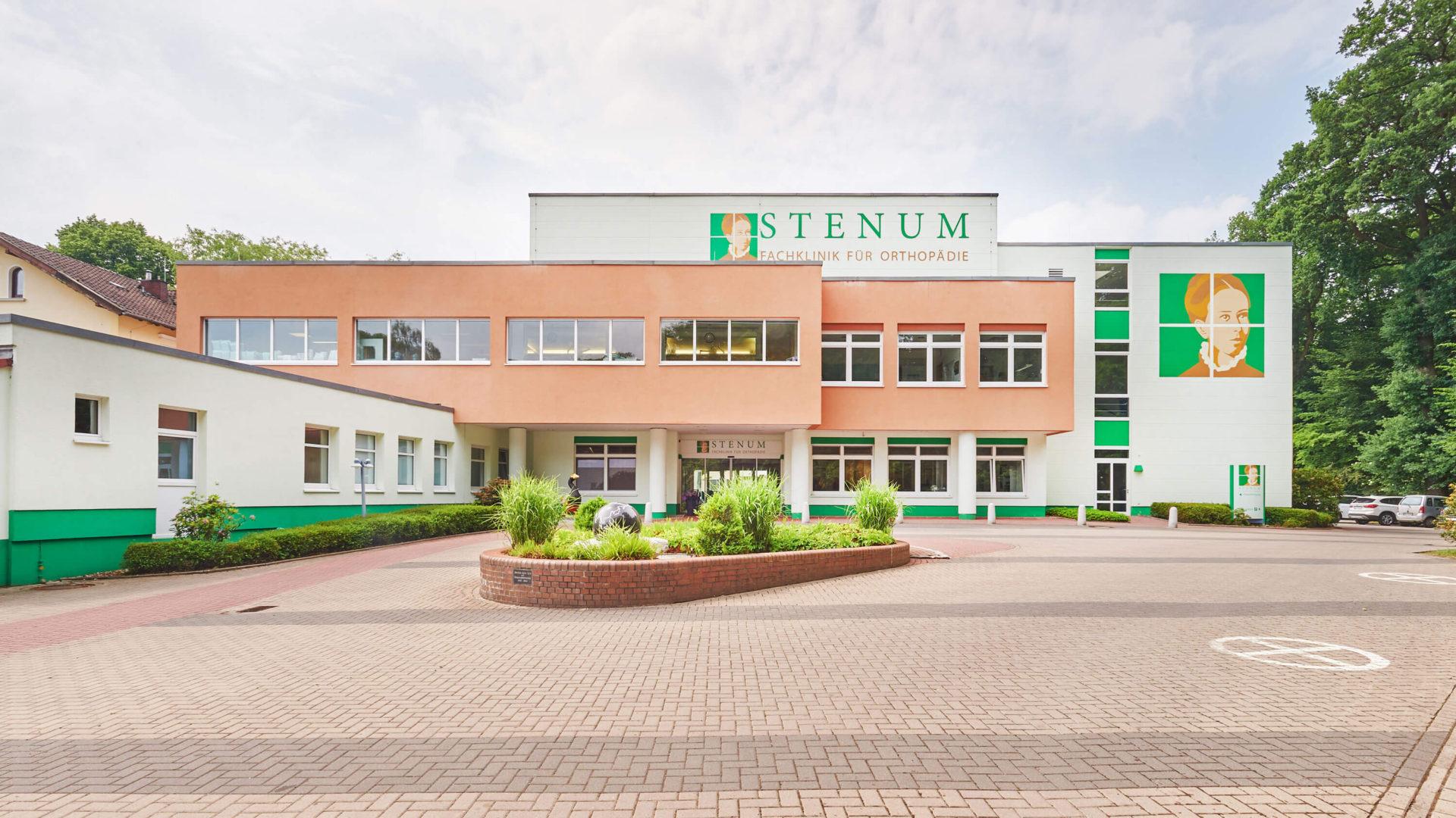 STENUM Orthopädie Fachklinik - Außenansicht mit Parkplatz